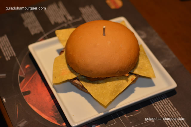 Chilli, hambúrguer de 220g, queijo cheddar cremoso, nachos, chillli preparado com feijão, carne moída e condimentos e pimenta jalapeño - Paulista Burger