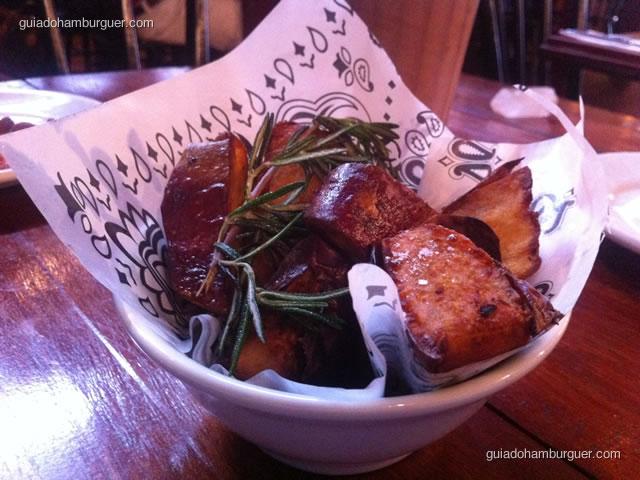 Porção de batatas doces e alecrim - Casa Nero