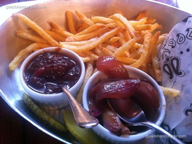 Batata frita, molho de tomate, cebola confitada e picles - Casa Nero