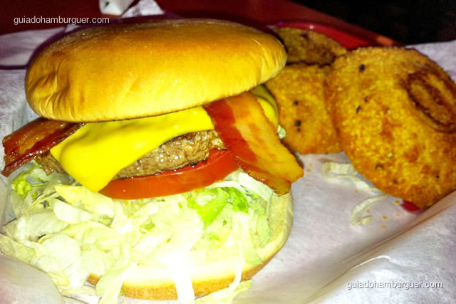 Hut's Favorite acompanhado das gigantes onion rings - Hut's Hamburgers