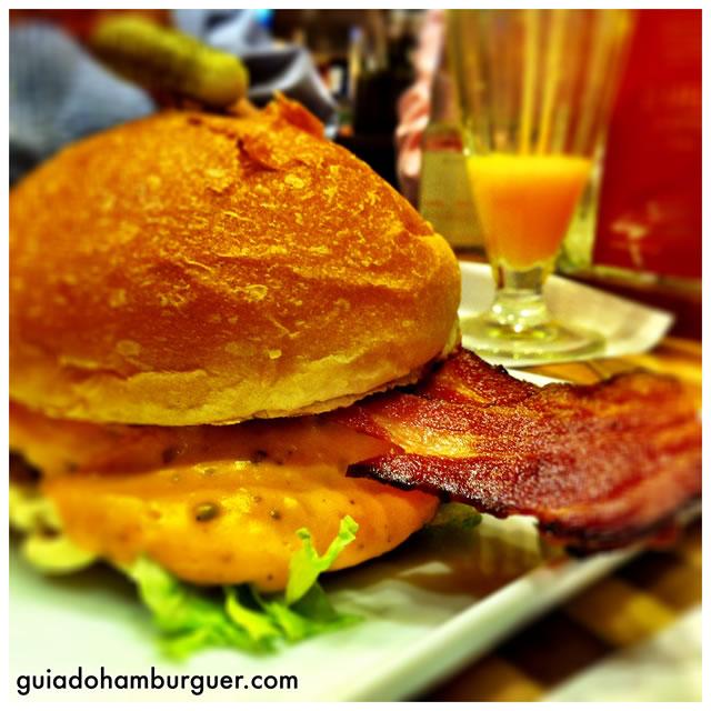 Soberano: hambúrguer de 150g, servido com cheddar picante, alface, maionese, bacon em tiras e molho barbecue, no pão sem gergelim - America