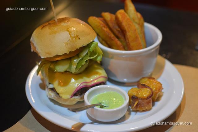 Hambúrguer 498 acompanhado de batatas rústicas, maionese verde e espeto de queijo coalho com pancetta - Hamburgueria 162 Station