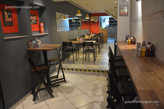 Ambiente com decoração moderna e iluminada - I Love Burger