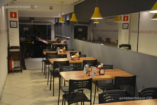 Ambiente com mesas e cadeiras visto de dentro - I Love Burger