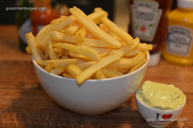 Porção de fritas acompanhada de maionese temperada - I Love Burger