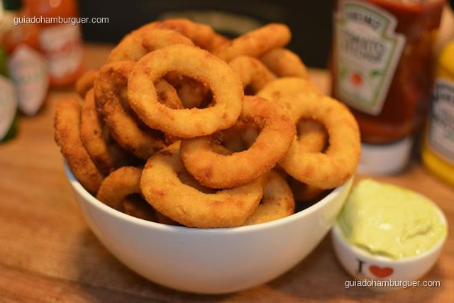 Porção de onion rings acompanhada de maionese temperada - I Love Burger