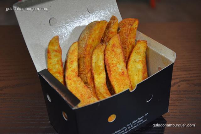 Porção de batata 162 fritas com casca e temperadas com páprica - Hamburgueria 162 Express