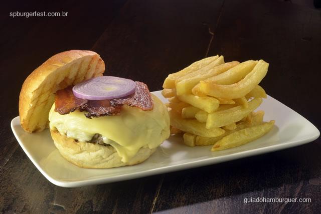 Vésper Burger - Hambúrguer preparado na hora de contrafilé picado na ponta de faca, enformado e grelhado com carinho, coberto com bacon, queijo, cebola e batata frita. - SP Burger Fest 3ª edição