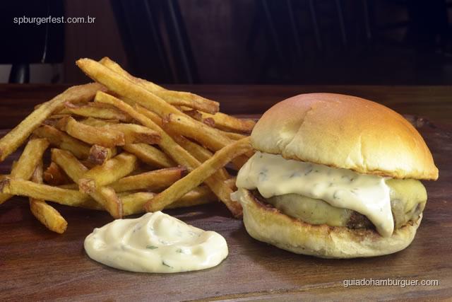 Chic Kobe Burger - Uma mistura exclusiva de cortes de wagyu, grelhados no broiler, com queijo emmental derretido por cima. Nosso pão vai com bearnaise mayo e fritas. São 180 g do burger, 40 de queijo e a porção pequena de batatas rústicas da casa - SP Burger Fest 3ª edição