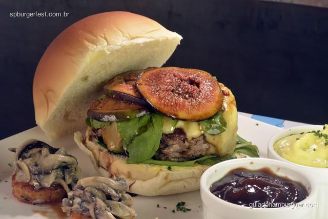 Fellini Burger - Hambúrguer de fraldinha premium com queijo brie, rúcula, lâminas de figo grelhado com molho especial. Acompanha bolinhos de risoto com cogumelos salteados.  - SP Burger Fest 3ª edição