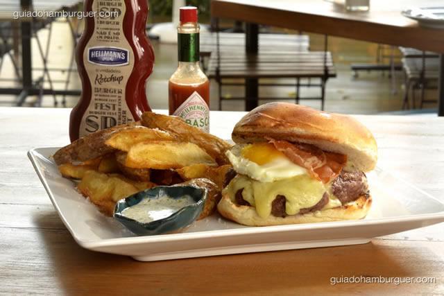 Smoke  burger - Saboroso hambúrguer de fraldinha, selado em óleo defumado de carvão, acompanhado de bacon crocante, maionese temperada, queijo mozarella e ovo frito com gema mole. Batatas fritas acompanham - SP Burger Fest 3ª edição