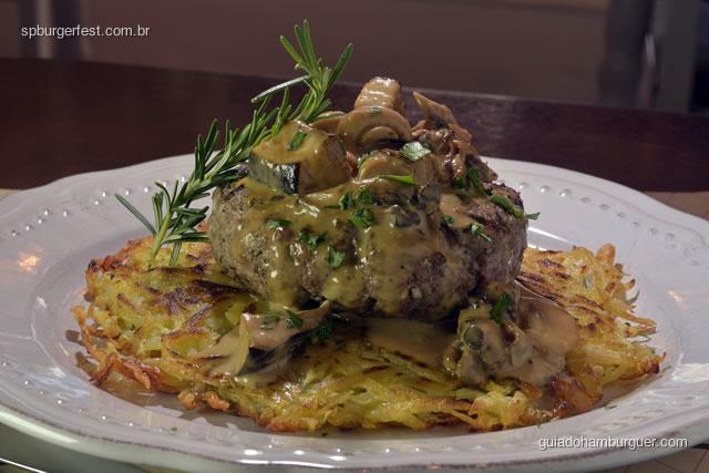 Hambúrguer com blend de 3 carnes sobre rosti de batata e molho de cogumelos. Acompanha saladinha da casa de entrada. - SP Burger Fest 3ª edição