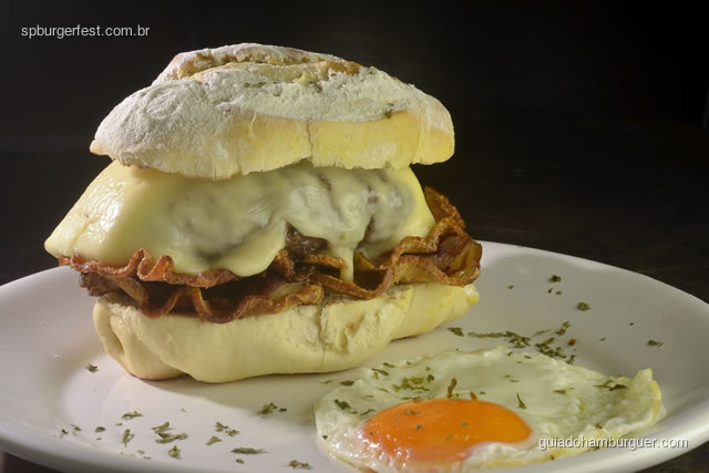 Sagaburger - hambúrguer de fraldinha, queijo canastra, pancetas e um ovo mole no pão de aipim - SP Burger Fest 3ª edição