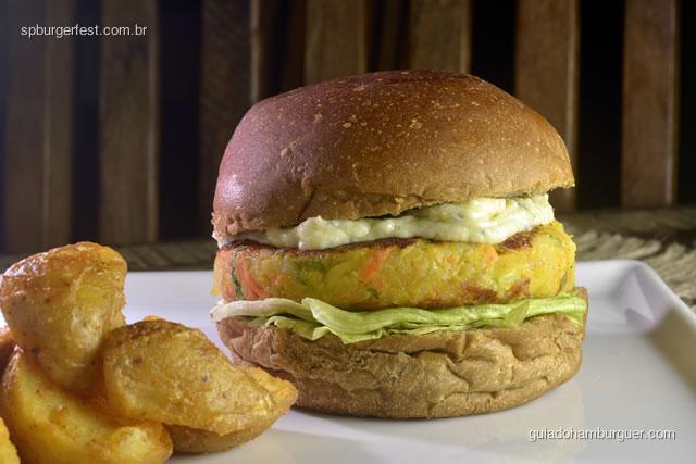 Australian Veggie Burger  - hamburguer vegetariano de legumes, molho gorgonzola, salada, servido no pão australiano, acompanha fritas.  - SP Burger Fest 3ª edição