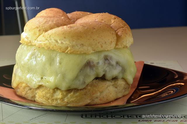 Bombom Black - Suculento hambúrguer de 220g de carne intensamente marmoreada e tenra da linha Swift Black, coberto com um saboroso queijo mussarela e servido no nosso novo e macio pão Rock&Roll.  - SP Burger Fest 3ª edição