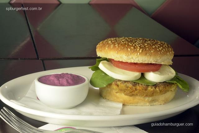 Bibi - hambúrguer vegetarian de soja, molho de beterraba, Mussarela de bufala, rucula, tomate, no pão  de hambúrguer com gergelim  - SP Burger Fest 3ª edição