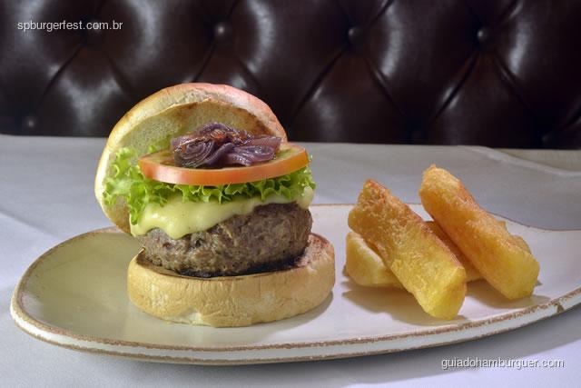 Hambúrguer de Carne de Sol - Hambúrguer de carne de sol, com queijo manteiga, cebola roxa, mix de folhas, maionese de coentro ou maionese natural acompanha mandioca frita. - SP Burger Fest 3ª edição