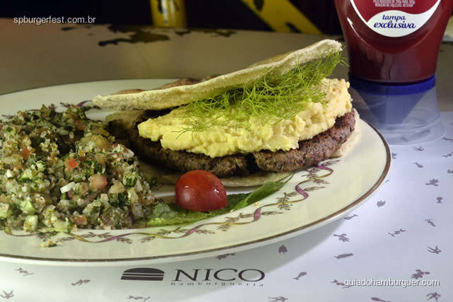 Ali Babá – Hambúrguer de paleta bovina e picanha temperados com cebola ralada, pimento síria, hortelã, canela em pó e salsinha, hommus e berinjela, no pão sírio  - SP Burger Fest 3ª edição