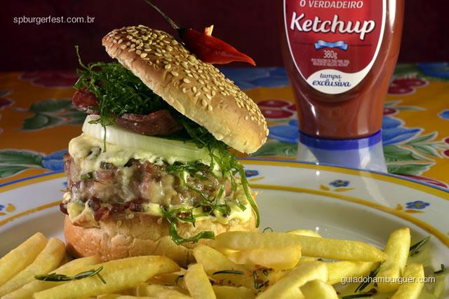 Hambúrguer Mineirinho - Hambúrguer de costela de porco, com cebola, queijo meia cura, paio, bacon e couve fininha frita; acompanham fritas com alho.  - SP Burger Fest 3ª edição