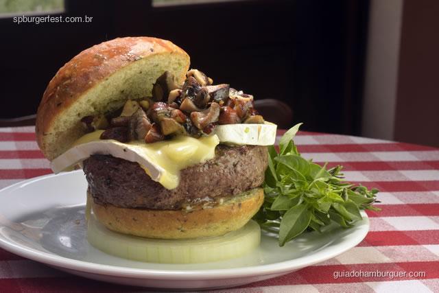 Forest Burger - Pão especial de ervas, 200 gramas de carne fresca fraldinha, queijo Brie, cogumelos salteados com avelãs, azeite de trufado. - SP Burger Fest 3ª edição