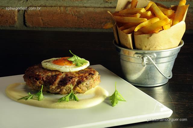 Hambúrguer de Alheira, queijo da Serra e Ovo. Acompanha batata frita.  - SP Burger Fest 3ª edição