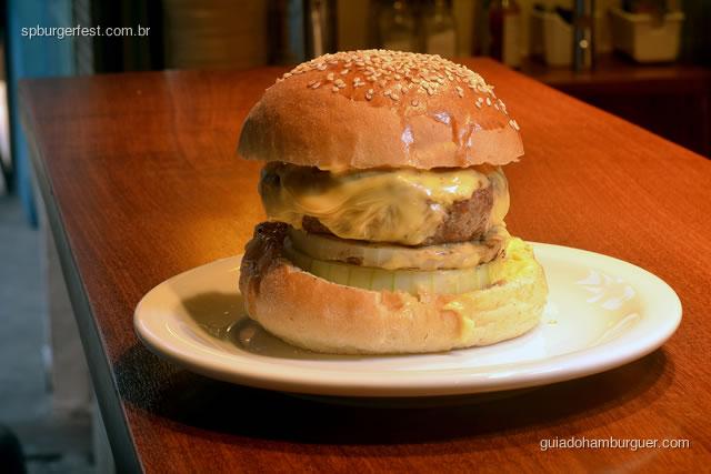 Louis Burger - Hambúrguer de blend de carnes, home made yellow cheese, cebola queimada, no pão de brioche.  - SP Burger Fest 3ª edição