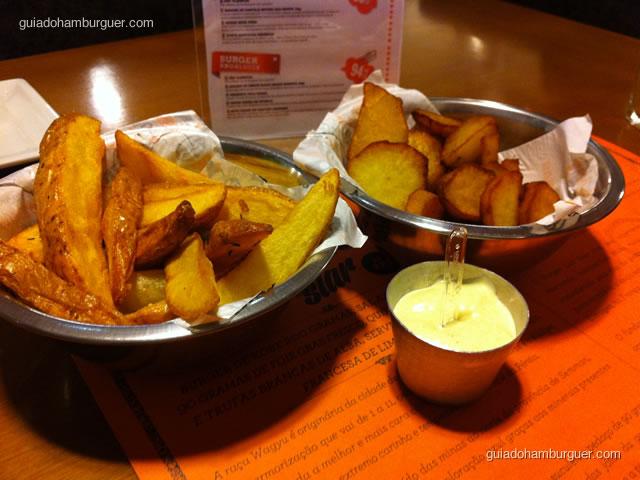 Porção de batatas rústicas, batatas doces e maionese tradicional