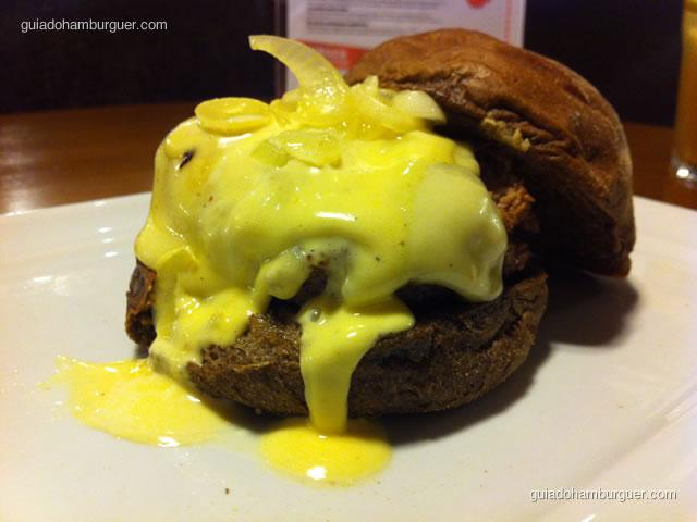 Bonjour Provence: hambúrguer bovino de 180g, queijo raclete, maionese de tangerina e manjericão, confit de cebolas baby no pão australiano