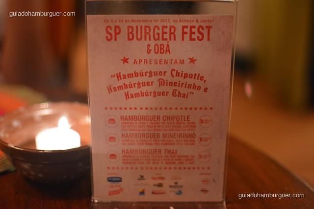 Display de mesa com as três receitas: Hambúrguer Chipotle, Mineirinho e Thai - Obá