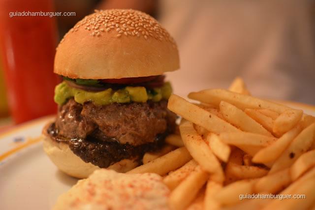 Hambúrguer Chipotle – Hambúrguer de patinho e fraldinha com frijoles refritos, avocado, chile chipotle e salsita fresca no pão ao estilo mexicano; acompanham fritas temperadas com chile e servidas com creme azedo com chipotle - Obá