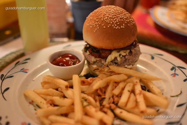 Hambúrguer Mineirinho – Hambúrguer de costela de porco, com cebola, queijo meia cura, paio, bacon e couve fininha frita; acompanham fritas com alho - Obá