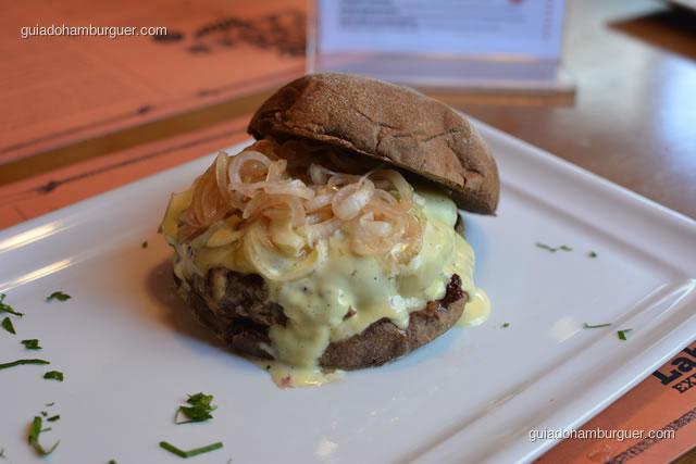Bonjour Provence, preparado com burger bovino blend Burger Lab, pão australiano, queijo raclette, confit de cebola baby, maionese de mexerica com manjericão - Burger Lab Experience