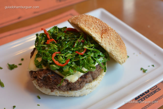 Quintal Mineiro, hambúrguer de costela bovina, couve manteiga e pimenta dedo de moça, coberto de queijo meia cura legitimamente mineiro - Burger Lab Experience