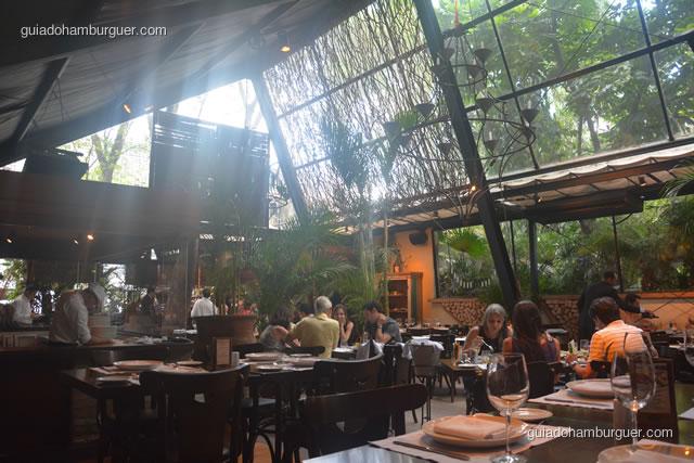 Ambiente, com muitas plantas e árvores e cobertura de vidro - Pobre Juan