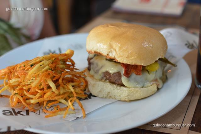Gorgonzola bacon burguer acompanha latkes – hambúrguer de fraldinha, queijo gorgonzola, picles e bacon artesanal crocante - AK Vila