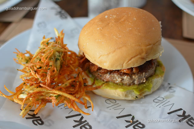 Triplo porco guacamole burguer acompanha latkes – hambúrguer de porco, costelinha desfiada, bacon artesanal crocante com pasta de abacate temperada  - AK Vila