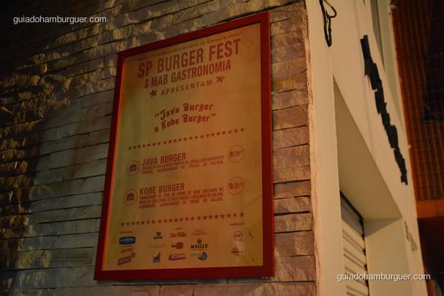 Quadro com as receitas do SP Burger Fest na entrada - MAB Gastronomia