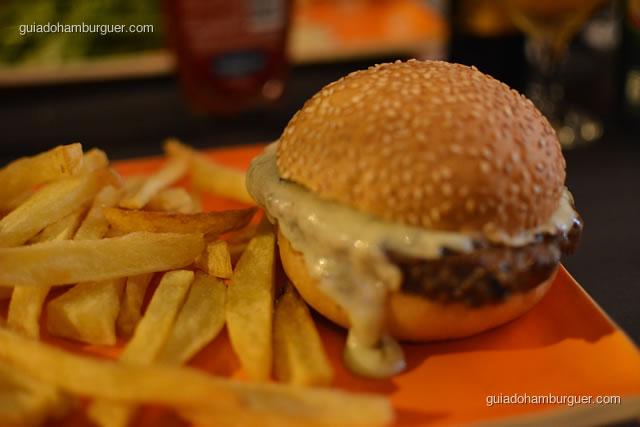 Java Burger – 200g de calabresa fresca de javali com vinagrete picante, acompanha fritas ou salada - MAB Gastronomia