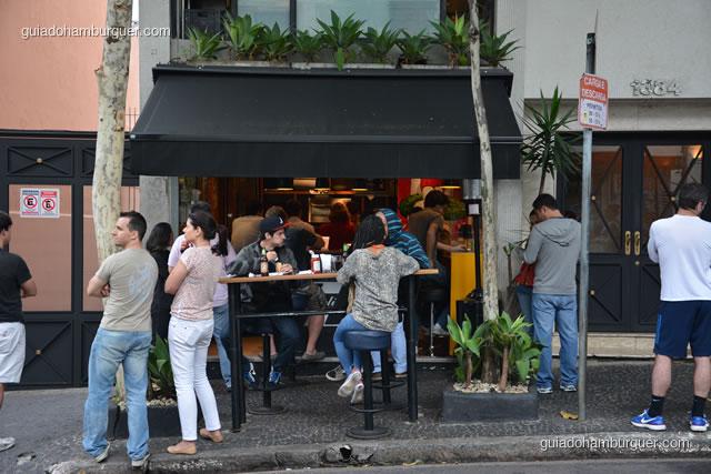 Fachada do Z Deli, o pessoal estava comendo literalmente na rua - Z Deli Sanduíches