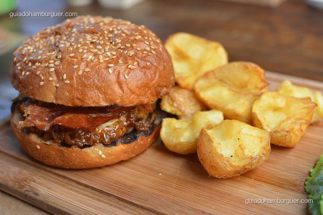 Cibo Burguer – Blend de Hambúrguer da casa, queijo mozzarela, Pancetta caseira e cebola doce di Tropea em pão assado na casa diariamente - Mangiare Gastronomia