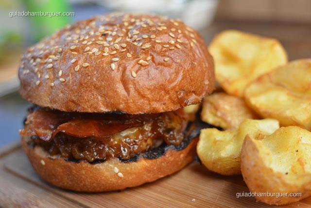 Detalhe do burger, pancetta e cbola caramelizada - Mangiare Gastronomia