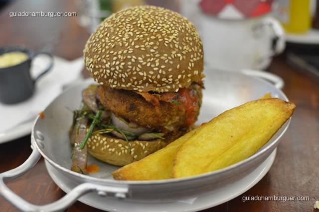 TOP du TOP avec beaucoup de frites – hambúrguer de copa lombo temperado com mostarda Dijon empanado, com cebola roxa, nirá e bacon, com molho hoisin e molho de sauce pimento chinesa, no pão australiano. Acompanha batata rústica - La Maison Est Tombeé