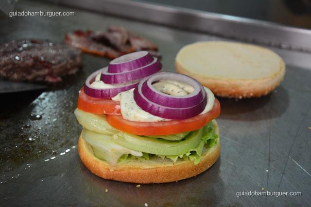Pão, alface, tomate, maionese temperada e cebola roxa - Big X Picanha