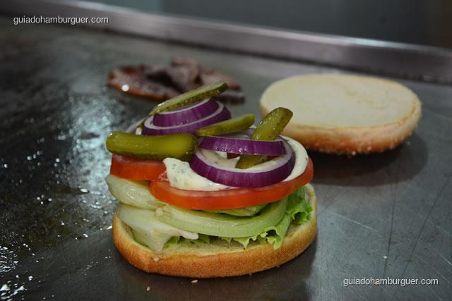 Pão, alface, tomate e maionese temperada, cebola roxa e picles - Big X Picanha