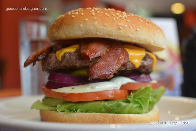 Monstro Burguer: hambúrguer de 225g de picaha, alface, tomate, maionese temperada, cebola roxa, picles, cheddar e bacon - Big X Picanha