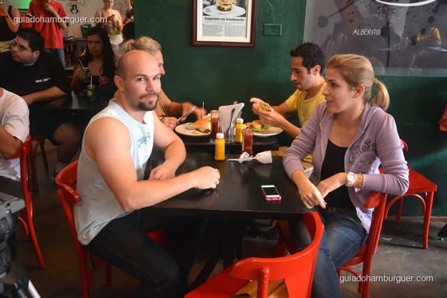 Todo mundo com fome e aproveitando o hambúrguer - Torneio Devoradores 162