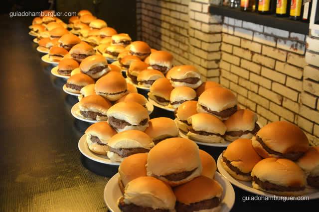 Pratos contendo 5 hambúrgueres cada prontos para serem devorados - Torneio Devoradores 162