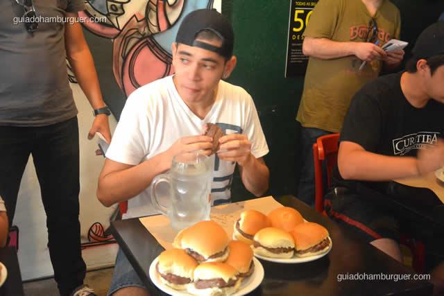 Alguns optaram em comer por partes, primeiro a carne e depois o pão sozinho - Torneio Devoradores 162