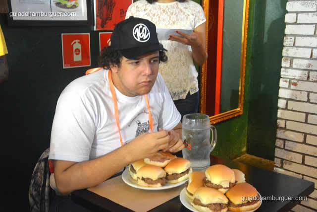 Esse competidor parece cansado e é só o primeiro hambúrguer - Torneio Devoradores 162