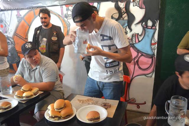 A coisa está ficando séria, sumiram 4 hambúrgueres deste prato - Torneio Devoradores 162